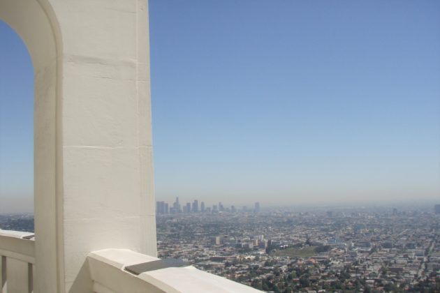 "<img src=""Griffith Observatory.jpg"" alt=""日中のグリフィス天文台から見るロサンゼルス""/>"