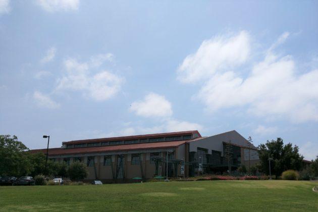 """<img src=""""Anteater Recreation Center.jpg"""" alt=""""カリフォルニア大学アーバインのジム""""/>"""
