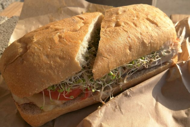 """<img src=""""Sandwich.jpg"""" alt=""""ニューポートビーチデリSessionsのサンドイッチ""""/>"""