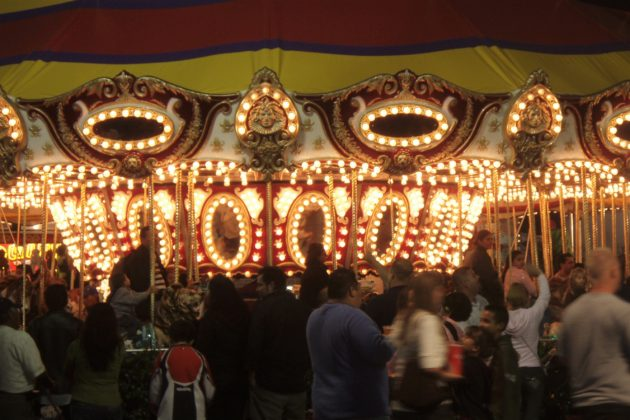 "<img src=""Merry go round.jpg"" alt=""夜のオレンジカウンティフェアのメリーゴーランド""/>"