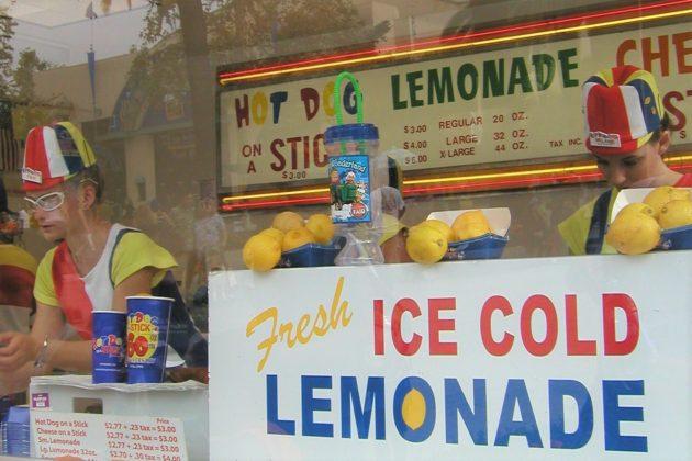 """<img src=""""Lemonade store.jpg"""" alt=""""レモネードのお店のかわいいユニフォーム""""/>"""