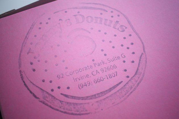 "<img src=""Janny's Donuts.jpg"" alt=""アーバインJanny's Donutsピンクの箱""/>"