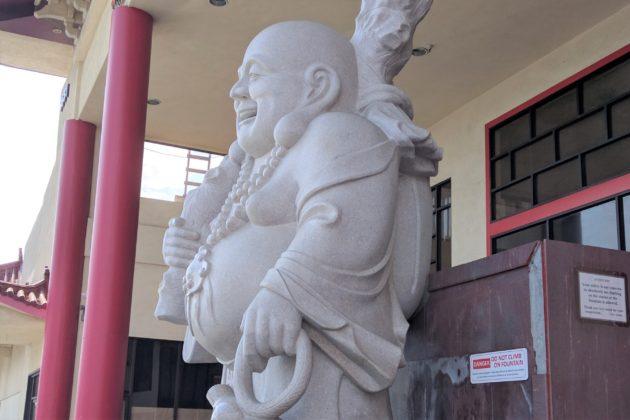 "<img src=""Buddha.jpg"" alt=""スーパーの前にある大きな仏像""/>"