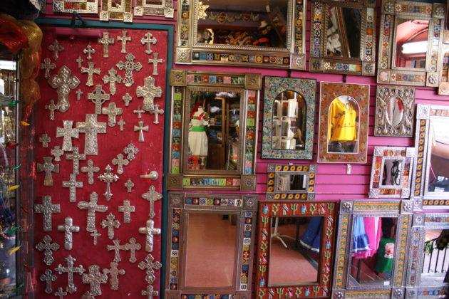 "<img src=""Cross and Mirror.jpg"" alt=""メキシコかわいい雑貨十字架と鏡""/>"