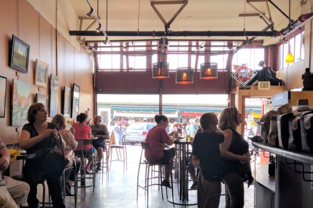 "<img src=""Pike Place Market.jpg"" alt=""シアトルパイクプレースマーケットローカルカフェ""/>"