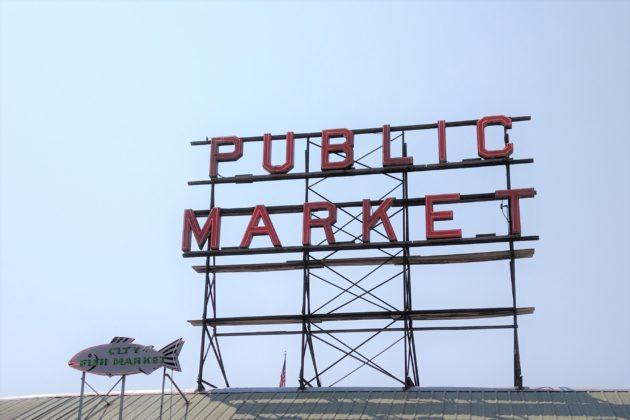 "<img src=""Pike Place Market.jpg"" alt=""シアトルパイクプレースマーケット看板""/>"