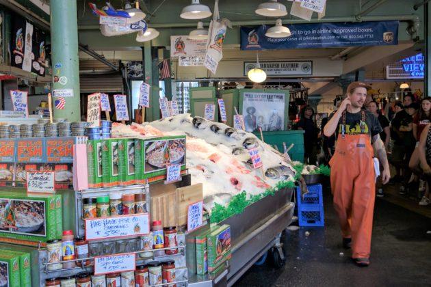 """<img src=""""Pike Place Market.jpg"""" alt=""""シアトルパイクプレースマーケット内魚を投げる魚屋さん""""/>"""