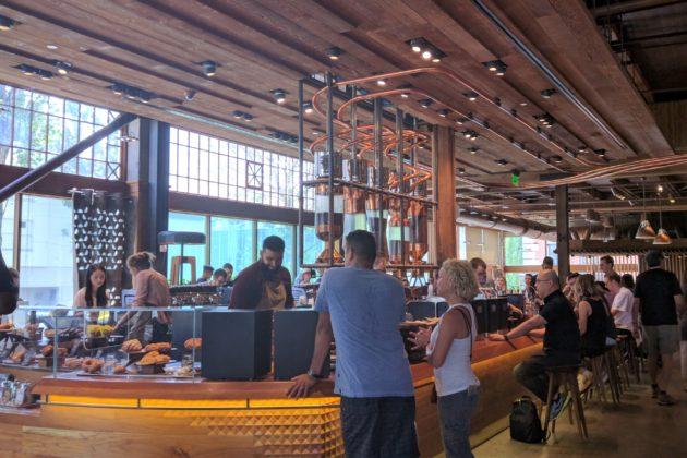 """<img src=""""Starbucks Reserve Roastery & Tasting Room.jpg"""" alt=""""シアトルStarbucks Reserve Roastery & Tasting Room店内""""/>"""