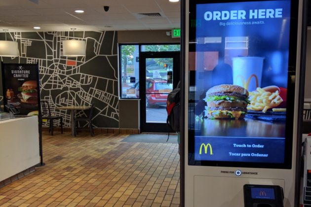 "<img src=""Macdonald's.jpg"" alt=""シアトルマクドナルド店内""/>"