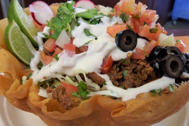 """<img src=""""Taco Salad.jpg"""" alt=""""シアトルキーアリーナ内のタコサラダ""""/>"""