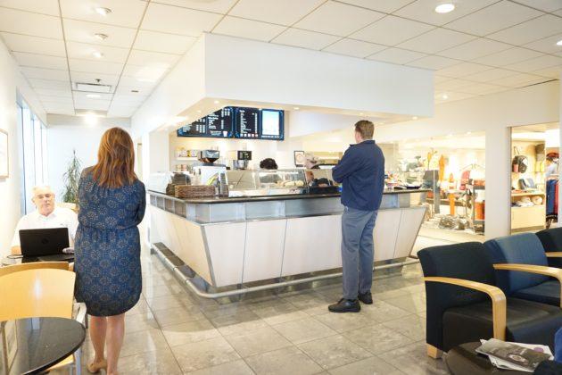 "<img src=""Cafe.jpg"" alt=""アーバインベンツのお店の中にあるカフェ""/>"