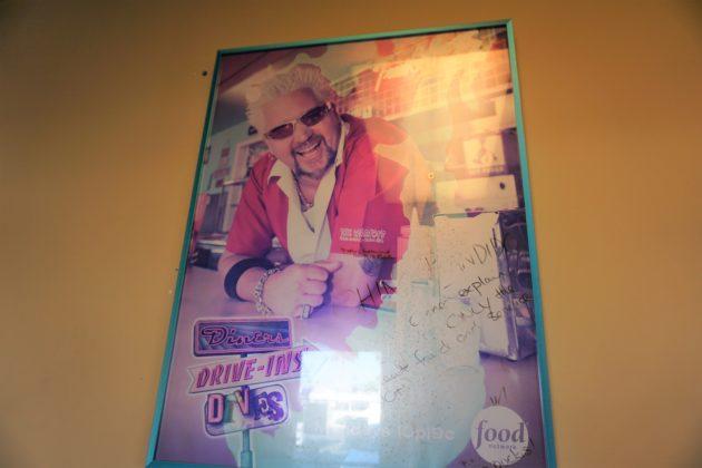 "<img src=""Poster.jpg"" alt=""アリゾナレストランChino Bandidoガイフィエリのサイン""/>"
