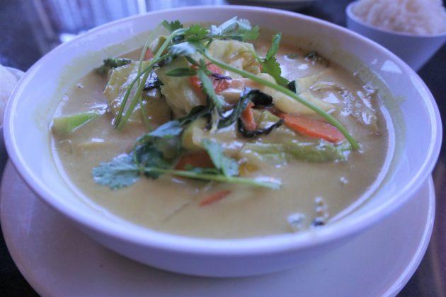 "<img src=""Curry.jpg"" alt=""セドナレストランThai Spices Natural Restaurantイェロ―カレー""/>"