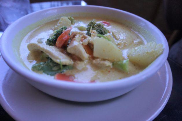 "<img src=""Curry.jpg"" alt=""セドナレストランThai Spices Natural Restaurantグリーンカレー""/>"