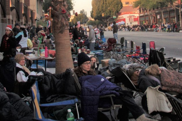 "<img src=""Day Before Pasadena Rose Bowl Parade.jpg"" alt=""パサデナローズボールパレード前日""/>"