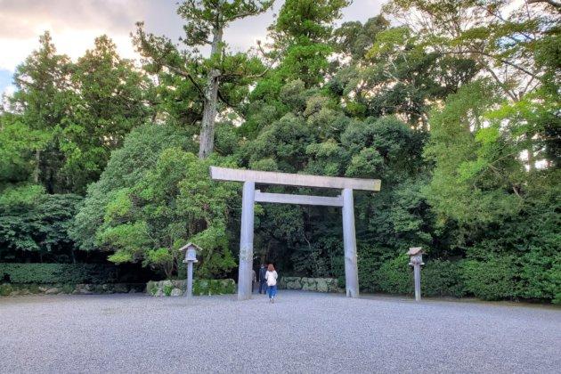 "<img src=""Ise Shrine.jpg"" alt=""伊勢神宮外宮""/>"